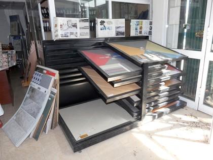Lote compuesto por equipos informáticos, mobiliario para oficina, mobiliario para baño, piezas de cantonera PVC y resto de azulejos.
